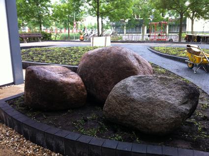 Rotsblokken Voor Tuin : Houten poorten grote keien tuin